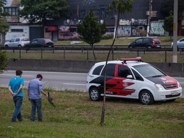 Partes de carros também ficaram no local da briga entre torcedores do Santos e do Palmeiras neste domingo (19) (Foto: Victor Moriyama/G1)