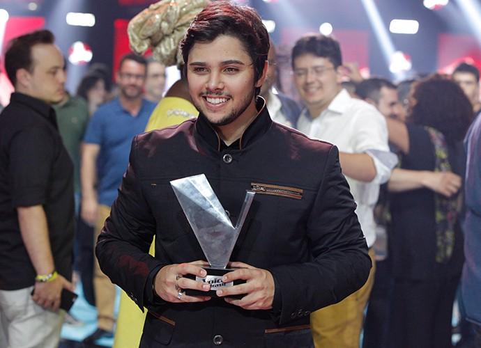 O vencedor, Renato Vianna posa orgulhoso com o troféu do The Voice (Foto: Isabella Pinheiro)