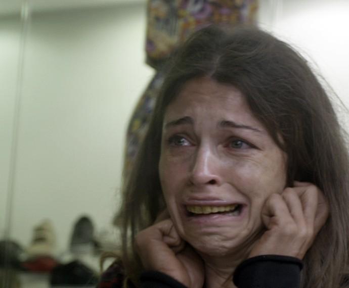 Ex-modelo se desespera ao ver a imagem refletida (Foto: TV Globo)