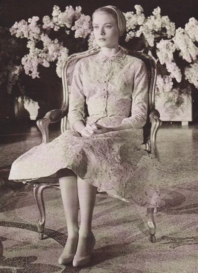 Grace ouvindo pacientemente a lista dos 140 títulos de nobreza que recebeu em seu casamento civil (Foto: Reprodução)