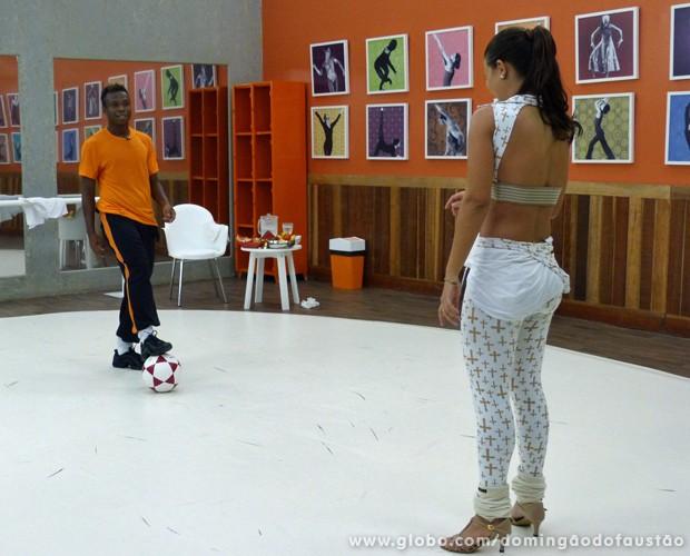 Edílson ensina Lidiane a fazer embaixadinhas (Foto: Domingão do Faustão/TV Globo)