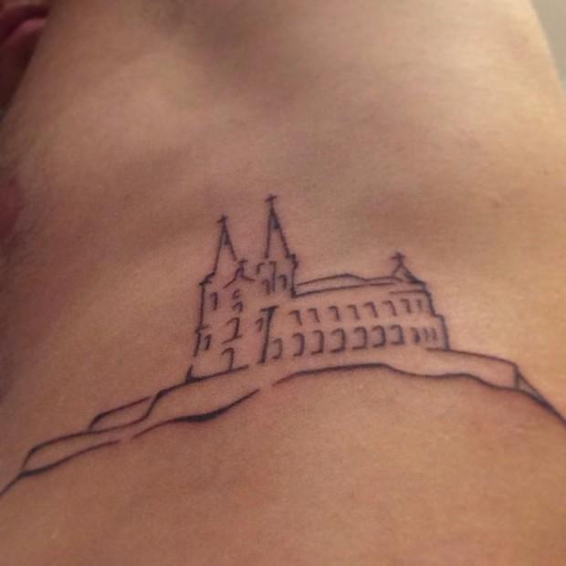 Rodrigo tem a igreja da Penha, bairro onde mora, tatuado na costela (Foto: reprodução/instagram)