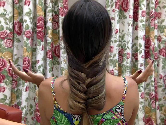 Trança é feita na parte na frente e depois o cabelo é jogado para trás, formando o penteado (Foto: TV Globo)