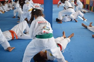 Alunos do Karatê Dô Tradicional, Esporte e Cidadania  (Foto: Assessoria)