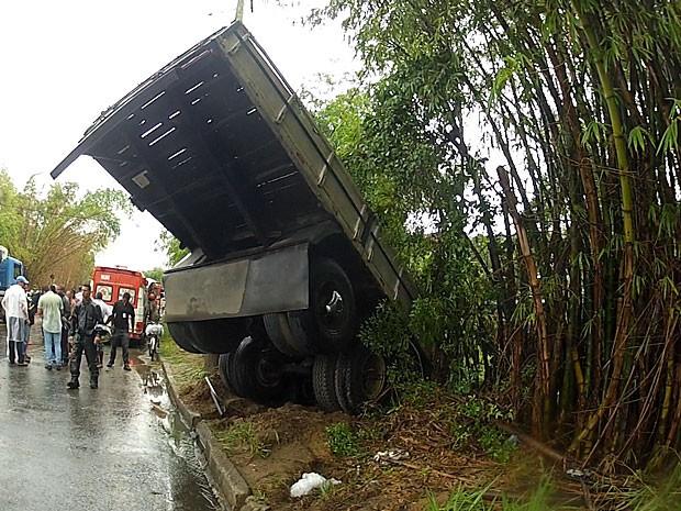 Carreta cai na BA-528, em Salvador, Bahia (Foto: Reprodução TV Bahia)
