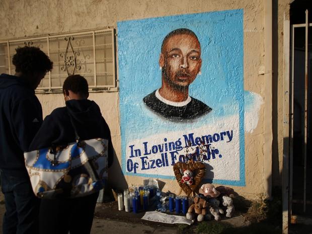 Pessoas olham mural em homenagem a Ezell Ford, morto em ação da polícia em Los Angeles (Foto: DAVID MCNEW/GETTY IMAGES NORTH AMERICA/AFP)