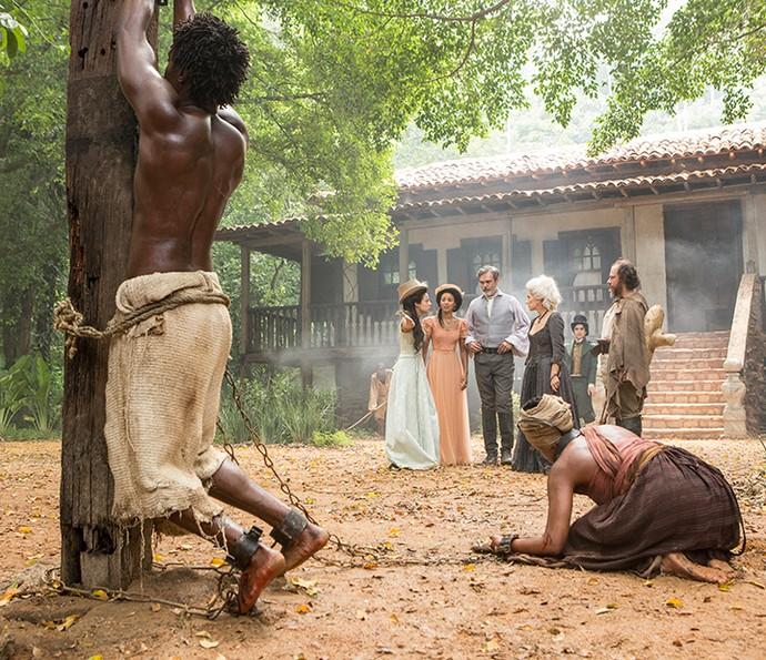 Saviano e Luanda são castigados por Malveiro, a mando de Dionísia (Foto: Felipe Monteiro / Gshow)