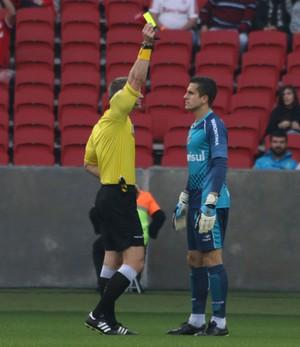 Marcelo Grohe levou cartão amarelo após demorar para cobrar uma falta (Foto: Diego Guichard/GloboEsporte.com)