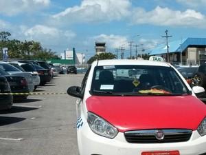 Criminosos fugiram em um táxi na manhã desta terça (23) (Foto: Graziane Ubiali/RBS TV)