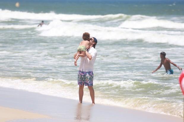 Igor Rickli se diverte com o filho em dia de praia no Rio (Foto: AgNews / AgNews)