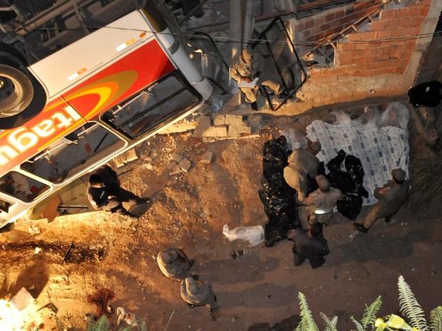 Ônibus caiu de viaduto em Itaguaí (Foto: Antônio Luis/Futura Press/Folhapress)