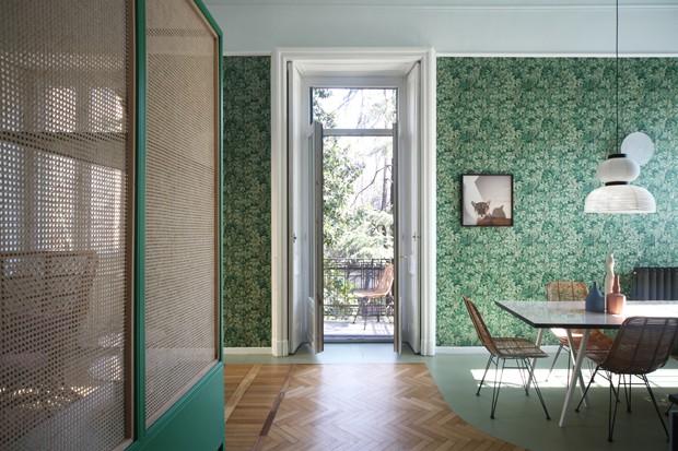 Décor do dia: sala de jantar com papel de parede de folhagem (Foto:  Por Paula Jacob | Fotos Carola Ripamonti/Divulgação)