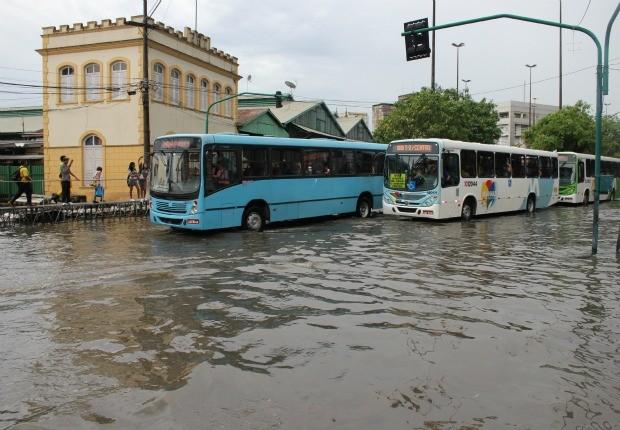 Águas do rio Negro invadiram terminal de ônibus, no Centro de Manaus (Foto: Carlos Eduardo Matos/G1)
