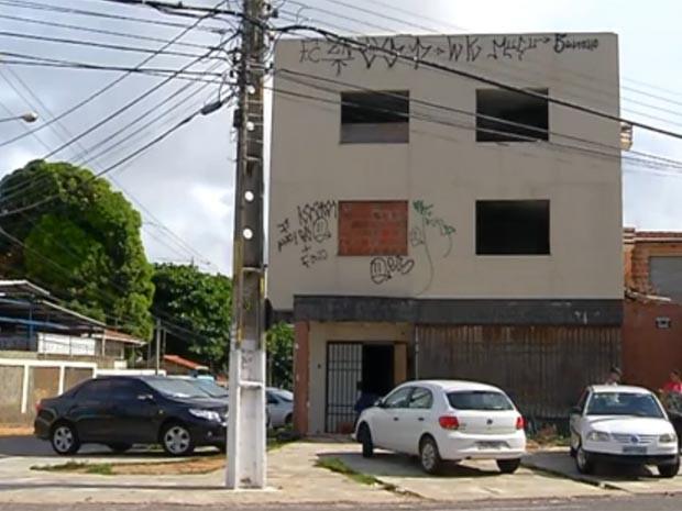 Prédio foi comprado pelo MP em 2008, mas nunca foi utilizado (Foto: Reprodução/Inter TV Cabugi)