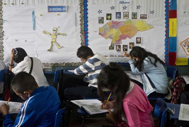 Alunos da escola  Jose Ramon Montoya fazem prova em Tegucigalpa, em Honduras (Foto: Esteban Felix/AP)