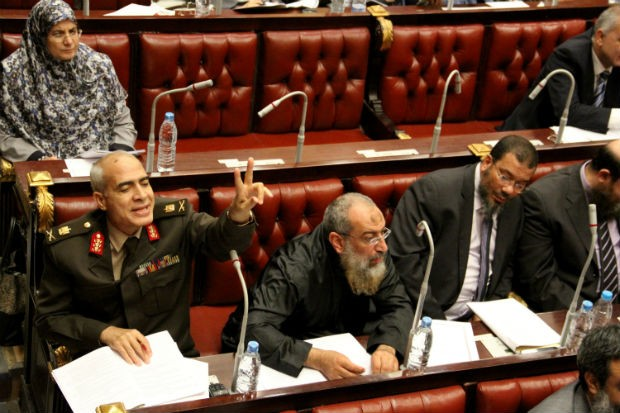 Membros da Assembleia Constituinte do Egito votam a minuta final da nova Constituição (Foto: Mohammed Abu Zaid/AP)