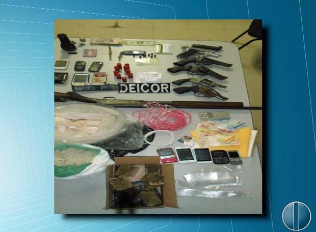 Armas, drogas e material para explodir caixas-eletrônicos foram encontrados com a quadrilha (Foto: Divulgação/Sesed-RN)