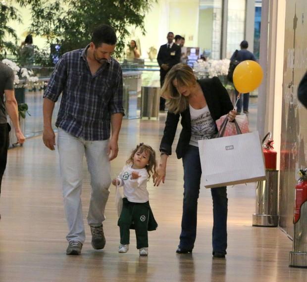 Bianca Castanho e filha no shopping (Foto: Marcus Pavão/Agnews)