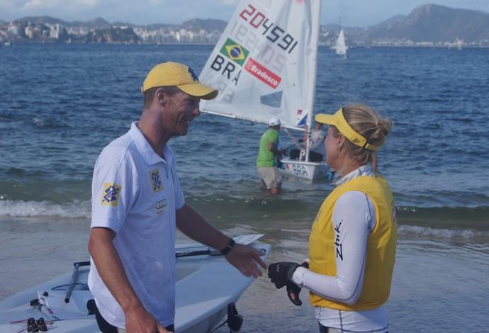 Robert Scheidt e a esposa em evento-teste na Baía de Guanabara (Foto: Thierry Gozzer)