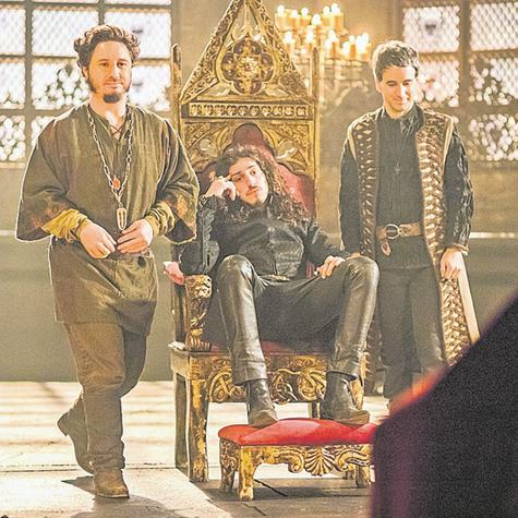 Johnny Massaro, Leandro Daniel e Daniel Warren gravam uma cena de 'Deus salve o rei' (Foto: Paulo Belote/TV Globo)