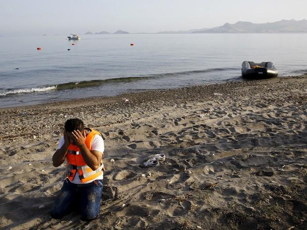 Um refugiado sírio reza após chegar a ilha grega de Kos em um barco bote que atravessou o Mar Egeu da Turquia para a Grécia. Centenas de imigrantes, principalmente sírios e afegãos, desembarcaram em Kos, no Mar Egeu do Sudeste (Foto: Yannis Behrakis/Reuters)