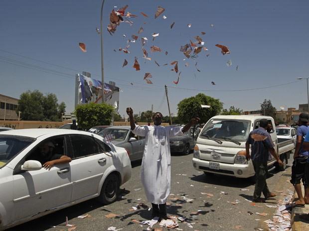 Manifestante raga cédulas de votação em protesto por maior representação na eleição, em Benghazi (Foto: Mohammed Abed / AFP)