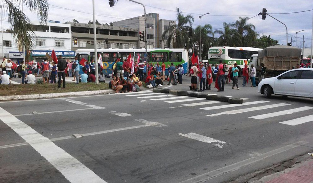 Manifestantes bloqueiam pontos da Grande Vitória em protesto  (Foto: G1)