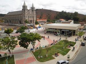 Praça Cônego Agostinho José de Resende, em Dores do Turvo, cidade com menos de 10 mil habitantes (Foto: Escola Estadual Terezinha Pereira/ Divulgação)