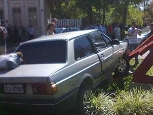 Saco com droga é posto sobre o capô do veículo pelos policiais (Foto: Raphaela Spolidora)