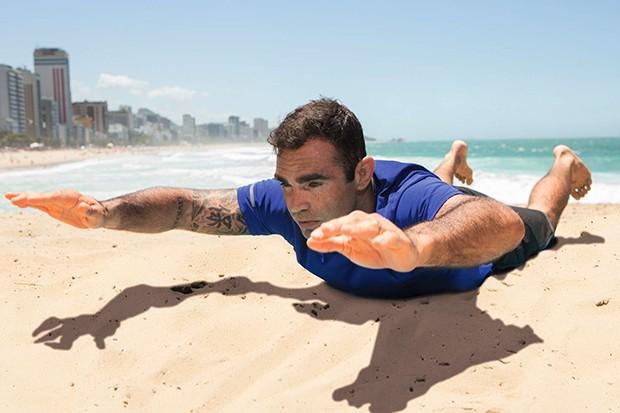 Chico Salgado | Superman, Deitado de bruços, eleve tronco, braços e pernas, forçando as costas e a coluna lombar para manter a postura. Faça 20 vezes (Foto: Franco Amendola)