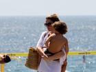 Cláudia Abreu curte praia com a família no Rio