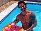 Ex-BBB Rodrigo exibe músculos ao posar com a filha na piscina