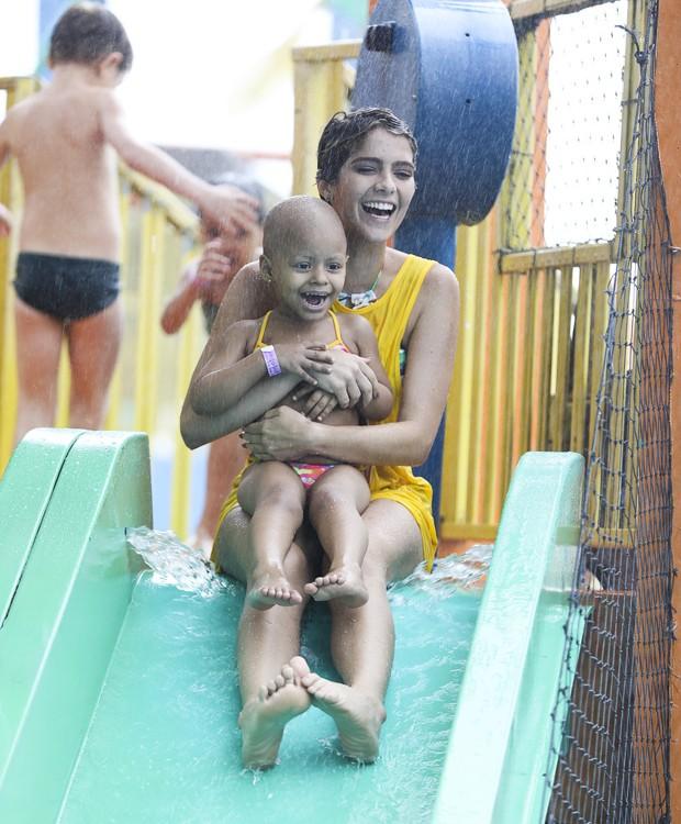 Isabella Santoni se diverte em escorregador de parque aquático (Foto: Felipe Panfili/Divulgação)