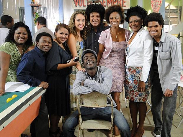 Galera da favela passa aperto, mas se diverte muito! (Foto: Malhação / TV Globo)