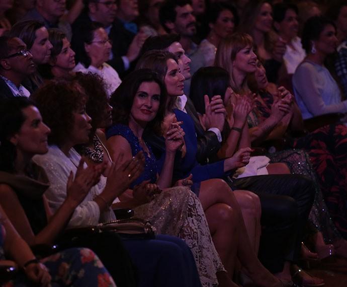 Fátima Bernardes curte o show de Roberto Carlos (Foto: Paulo Belote/Globo)