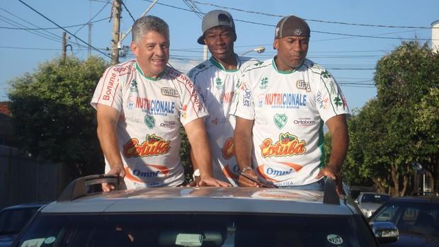 Viola e Cristian, irmão de Anderson Silva, e Irineu Alves, presidente do Tanabi (Foto: Marcos Lavezo)