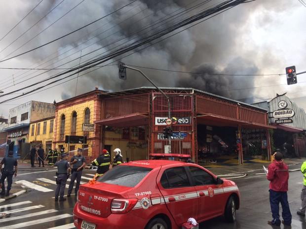Rua Benjamin Constant é interditada no Centro de Campinas para combate a incêndio (Foto: Roberta Steganha/ G1 Campinas)
