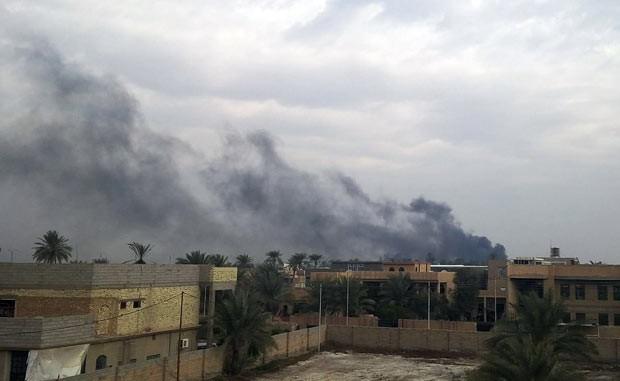 Fumaça se ergue durante confrontos nesta segunda-feira (30) na cidade iraquiana de Ramadi (Foto: AFP)