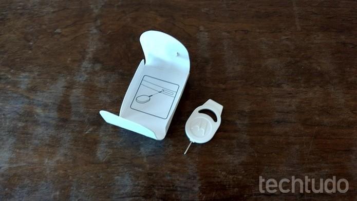 Ejetor da bandeja de chips do Moto Z Play   (Foto: Felipe Alencar/TechTudo)