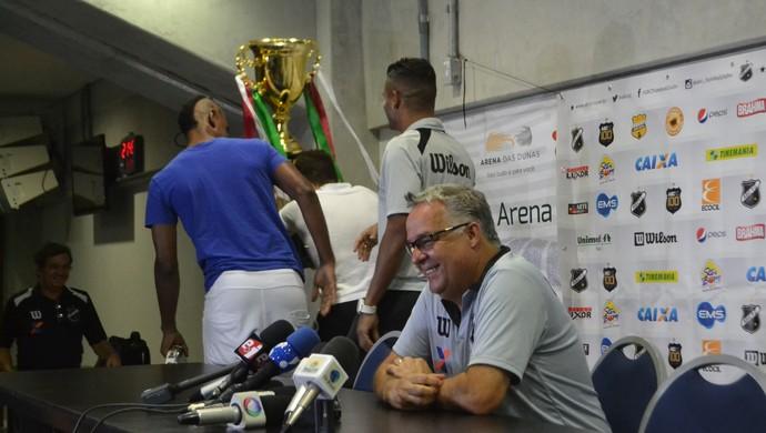 ABC - comemoração na coletiva - Josué Teixeira - jogadores (Foto: Jocaff Souza/GloboEsporte.com)