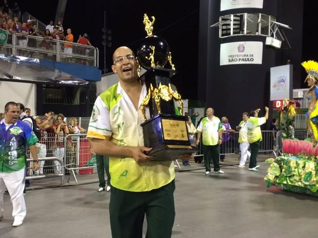 Integrante da Mancha Verde exibe troféu de campeã do Grupo de Acesso durante o Desfile das Campeãs (Foto: Letícia Macedo/G1)