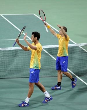 Bruno Soares e Marcelo Melo comemoram vitória (Foto: Cristiano Andujar/CBT)