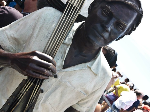 Estátua em homenagem a Tom Jobim é inaugurada na orla de Ipanema, Rio (Foto: Ariel Subirá/Futura Press/Estadão Conteúdo)