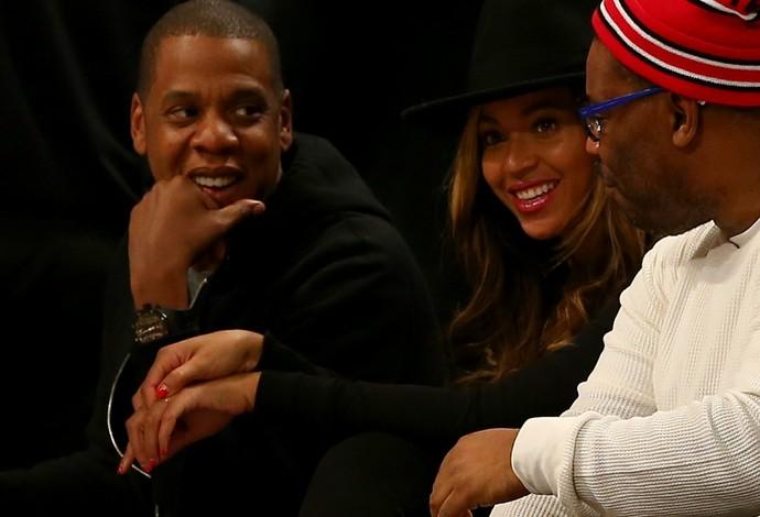 Beyoncé e Jay-Z assistem ao jogo da primeira fileira (Foto: Elsa / Getty Images)