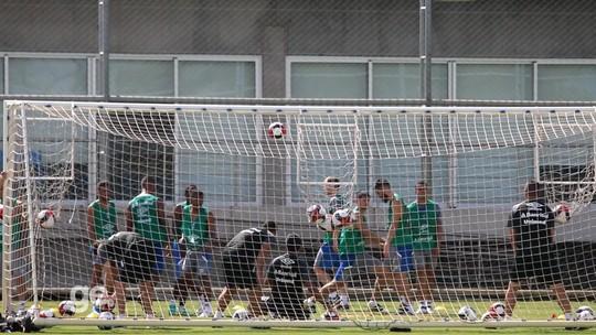 """Aos 38 anos, Léo Moura """"puxa fila"""" em treino físico do Grêmio; veja o vídeo"""