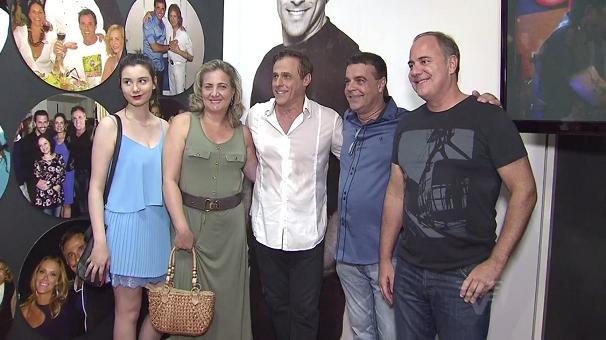 Amigos de Oscar Magrini prestigiam a exposição (Foto: Reprodução/TV Tribuna)