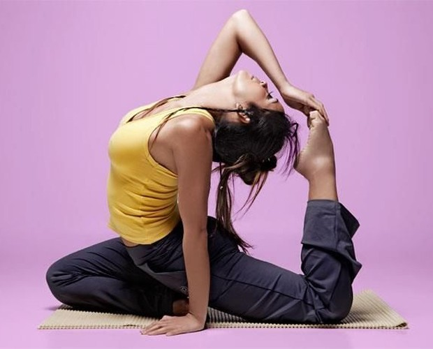 Carol Nakamura yoga (Foto: Domingão do Faustão/TV Globo)