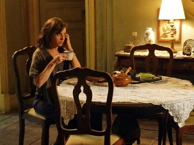 Por telefone, Cora diz a Téo que tem uma bomba sobre José Alfredo (Foto: Império/TV Globo)