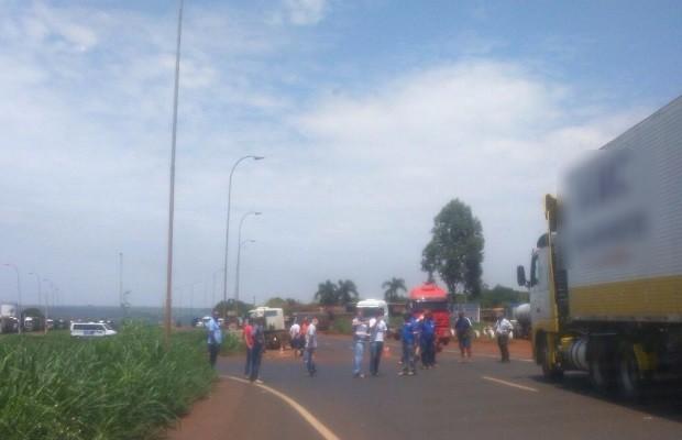 Caminhoneiros bloquearam passagem de caminhões em Jataí Goiás (Foto: Divulgação/PRF)