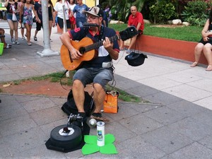 Sambatera faz apresentações em espaços públicos e festas (Foto: Orion Pires / G1)